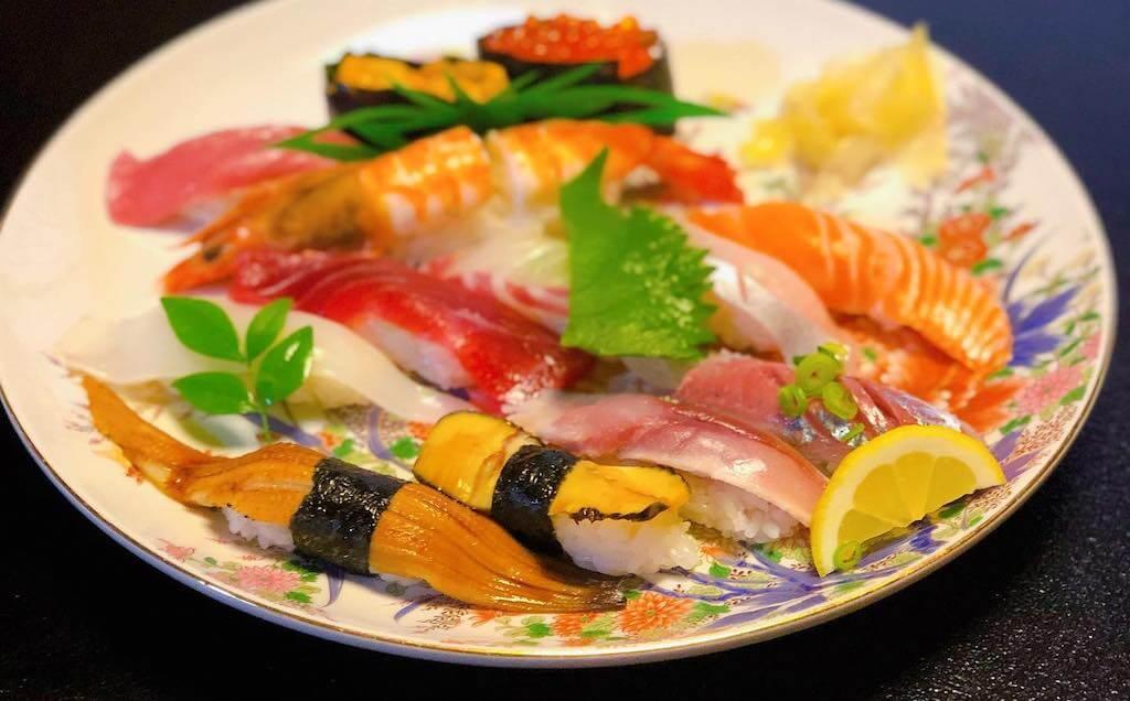 亀八寿司|佐伯市の寿司割烹、世界一の寿司屋を目指す気さくな女将がお出迎え